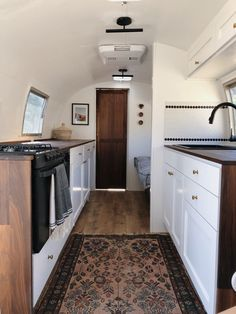 New Airstream Renovation. Gorgeous Airstream Renovation tour before and after Remodel Airstream Remodel, Airstream Renovation, Travel Trailer Remodel, Airstream Interior, Vintage Airstream, Travel Trailers, Vintage Campers, Vintage Trailers, Airstream Trailers