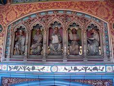 Estátuas encontradas no Castelo de Cardiff, País de Gales.