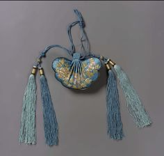 Butterfly-shaped drawstring purse with silk tasseled cords and design of embroidered Vintage Purses, Vintage Bags, Vintage Handbags, Chinoiserie, Ideas Joyería, Potli Bags, Chinese Embroidery, Ancient China, Qing Dynasty