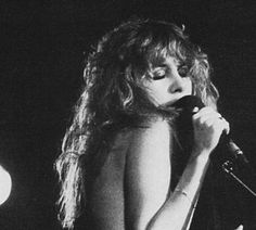 Stevie onstage, eyes closed, bare shoulder raised, stunning eye makeup, hair tumbling down her bare back ~ such an endearing photo ☆♥❤♥☆ Lindsey Buckingham, Stephanie Lynn, Rock Queen, Stevie Nicks Fleetwood Mac, Women Of Rock, Stunning Eyes, Beautiful, Female Singers, Music Is Life