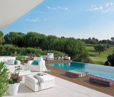Un mirador en blanco Con un pinar como paisaje y una piscina desbordante para disfrutar del suave otoño de la Costa del Sol, el porche se h...