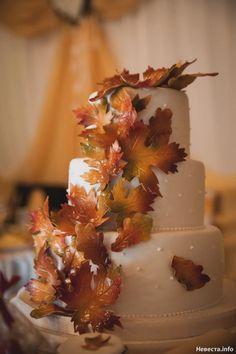 Spectacular wedding cake with autumn leaves #Autumn Wedding #fall wedding