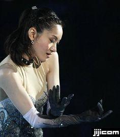 Shizuka Arakawa Shizuka Arakawa, Figure Skating, Skate, White Dress, Poses, Queen, Black And White, Makeup, Dresses