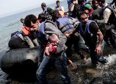 Un grupo de refugiados llega a la isla griega de Lesbos.