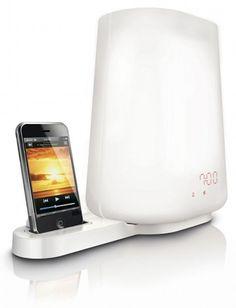 ヒカリものに強い Philipsから、光で起こす目覚ましWake-up Light の iPod / iPhoneドック搭載モデル HF3490が販売されています。Wake-up Lightは一般の目覚まし時計のように音でいきなり睡眠を中断するのではなく、設定時間の前から緩やかに明るくなってゆくことで脳と体