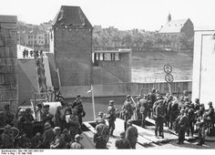 Bundesarchiv Bild 146-1981-064-18A, Despite the destruction of the Wilhelminabrug and the Sint Servaasbrug (pictured) German troops passed Maastricht, a vital traffic hub, relatively quickly. Photo taken 10 May 1940 in Maastricht