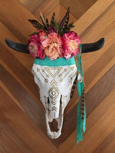 Boho Cow Skull by MountainstotheSeaCo on Etsy Make it the skull of my enemy and we have a deal! Needed a place for my succulents Cow Skull Decor, Cow Skull Art, Bull Skulls, Animal Skulls, Painted Cow Skulls, Cow Head, Deco Boheme, Skull Painting, Western Decor