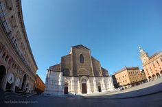 """Basilica na Piazza Maggiore - """"O que fazer em Bolonha: dicas para curtir a capital gastronomica da Italia"""" by @VontadeDeViajar"""