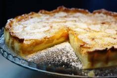 Tarte de Maçã Ingredientes: 1 rolo de massa folhada (ou quebrada) 3 maçãs 2 c. ( sopa ) de manteiga 1 chávena ( chá ) de açúcar 300 ml de leite 4 ovos 1 c. ( sopa) de farinha ( Maizena) 1 c. de (chá ) de canela raspa de limão Cobertura: Açúcar em pó …