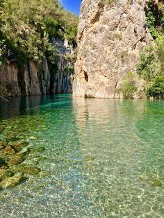 La Fuente de los Baños de Montanejos es uno de los lugares más bellos de la Comunidad Valenciana, cuyas piscinas naturales mantienen una temperatura de 25ºC Places In Spain, Places To See, Wonderful Places, Beautiful Places, Valencia Spain, Spain And Portugal, Fantasy Landscape, Spain Travel, Beach Trip