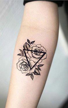 diseños de tatuajes simbolicos con triángulos y flores, tatuaje con mensaje tatuado en el antebrazo #tattoodesigns