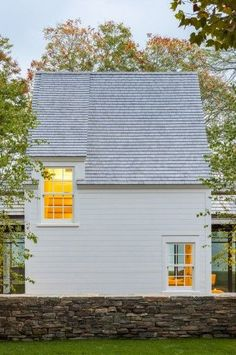 Shingled beach cottage in Martha's Vineyard with modern elements Residential Architecture, Architecture Design, Pavilion Architecture, Exterior Design, Interior And Exterior, Modern Farmhouse Exterior, White Houses, Lofts, Cabana