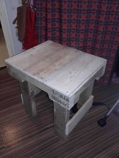 Use Pallet Wood Projects to Create Unique Home Decor Items – Hobby Is My Life Pallet Garden Furniture, Reclaimed Wood Furniture, Repurposed Furniture, Furniture Decor, Outdoor Furniture, Unique Home Decor, Home Decor Items, Pallet Side Table, Wooden Pallets