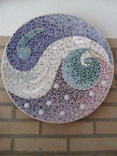 IJzige golven.  Glas mozaiek op houten schaal. Door Jacqueline.
