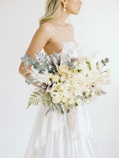 Natural and minimalistic style bridal editorial featuring modern ocean themes and pops of gold. #bridaleditorialphotography #modernbridalstyle #styleinspiration #accessories #modernminimalistbride