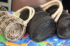 Newspaper Bags, Newspaper Crafts, Paper Bead Jewelry, Paper Beads, Recycled Paper Crafts, Diy And Crafts, Paper Weaving, Cardboard Paper, Art N Craft