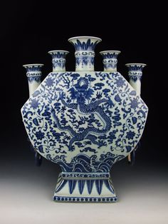 Chinees porselein Qing Dynasty QianLong Imperial Ware Blue Underglaze Decoration (B) Porcelain Vase with five tubular mouth design Qing Dynasty