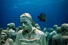 Very special effect. Monuments on the oceanbottom in Mexico