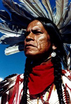 Raymond Cree - Yakima, Umatilla and Cree Nations - Crow Fair, Montana - 1995 Apache Native American, Native American Totem, Native American Regalia, Native American Pictures, Native American Beauty, Native American History, Black Indians, Into The West, Pow Wow