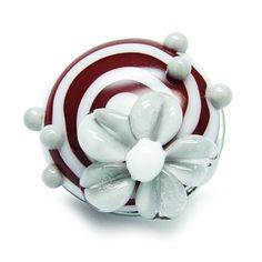 Alexiss Glas Button - roter Druckknopf mit weißen Streifen und grauer Blüte