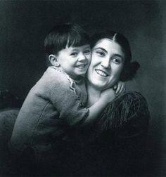 Mario Benedetti con su madre, Matilde Farrugia  Preciosa fotografia de Marario Benedetti junto a su madre, Matilde Farrugia, a quien dedicó hermosos poemas, como La madre ahora o Las manos de mi madre.