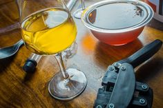Interested in making mead? Here are some mead making tips to help improve your process, including staggered nutrient additions. Brewing Recipes, Homebrew Recipes, Beer Recipes, Drink Recipes, Make Beer At Home, Make Your Own Wine, Mead Beer, Mead Wine, Wine Drinks