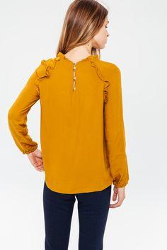 Porter Virginie c'est l'adopter ! Son tissu est si doux et son tombé si parfait, qu'on peut l'associer facilement tous les jours. Déclinée dans une couleur de la saison, elle donne de la lumière à nos tenues hivernales et ravive une silhouette en un clin d'oeil. C'est la blouse idéale !