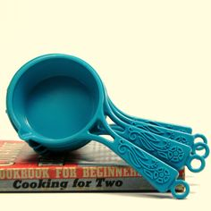 love these vintage measuring cups