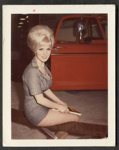 I used to sport this look at 17 & 18 years old. Wish I still had the legs for it but would forego the big hair.nThe shorter the skirt, the higher the hair. I like her hair & her outfit! Mini Van, Morgana Le Fay, Pelo Vintage, Pin Up, Retro Hairstyles, Beehive Hairstyles, Prom Hairstyles, Hairspray, Look At You