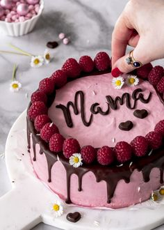 Recipe: raspberry mousse cake with chocolate and lettering for Mother& Day baking .- Rezept: Himbeermousse Torte mit Schokolade und Schriftzug zum Muttertag backen D… Recipe: raspberry mousse cake with chocolate and … - Nutella Chocolate Cake, Homemade Chocolate, Chocolate Recipes, Chocolate Buttercream, Vanilla Buttercream, Hot Chocolate, Buttercream Frosting, Oreo Icing, Cheesecake Recipes