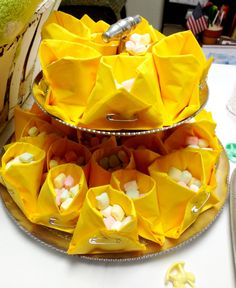 Napkin diapers with mints for a baby shower Second Baby Showers, April Showers, Baby Shower Sandwiches, Diaper Shower, Baby E, Snack Recipes, Snacks, Baby Hacks, Baby Shower Decorations
