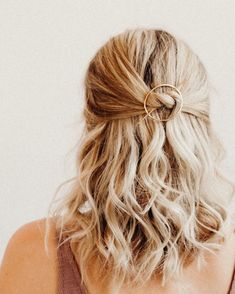 Tie a knot Add a hair pin This is my new favorite way of wearing the Orbital. Simple Wedding Hairstyles, Great Hairstyles, Modern Hairstyles, Summer Hairstyles, Girl Hairstyles, Wedding Hair And Makeup, Bridal Hair, Hair Makeup, Prom Hair
