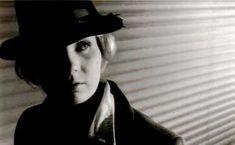 """Jaluzelele orizontale sunt un accesoriu des folosit în scenele cunoscute în cinematografie ca tehnica """"Film Noir"""""""
