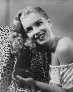 """1945 / Norma Jeane alla chez le photographe Raphaël WOLFF qui accepta de la prendre pour une publicité pour un shampooing, à la condition qu'elle se fasse décolorer les cheveux. Elle se retrouva donc au salon de coiffure du tout-cinéma, chez """"Frank et Joseph"""", où une esthéticienne du nom de Sylvia  BARNHART supervisa la décoloration en blond doré. Elle fit des photos publicitaires pour ce salon. Cet hiver-là, le trio SNIVELY-WOLFF-BARNHART réalisa le rêve longtemps couvé par Grace…"""