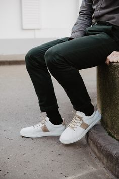 Une aire de sneakers blanches très épurées de la marque Jules & Jenn, associée à un pantalon vert sapin.  #blog #pinterestfashion #mode #menstyle #fashion #lookdujour #tenuedujour #style #fashionstyle #look #chic #men #menswear #menfashion #shoes #rennes #commeuncamion #bretagne #france #fashionblogger #shooting #bloggerstyle #dressing #design #colors Dressing Design, Baskets, Look Chic, Black Jeans, Men, Lifestyle, Blog, Pants, Fashion