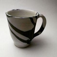 Tazón alto azul sobre blanco.  .  .  .  .  .  .  .  .  #ceramics #pottery #keramics #coffe #tea #tecito #white #blue #mug #caos