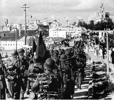la bandera de uno de los batallones de la División. Foto tomada en la ciudad de Grodno, en agosto de 1941. Fotógrafo: Bauer (Bauer). Puente sobre el Neman Haz click para ver la imagen a tamaño real
