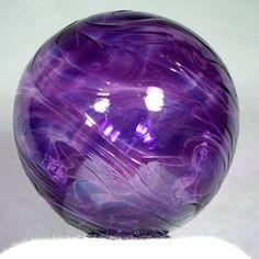 El violeta es el color más singular y extravagante de los colores. Las cosas que existen de color violeta, también existen en otros colores, ya que nada de lo que nos rodea, tiene al violeta como su color natural.
