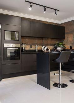 Cozinha decorada de preto com porcelanato aço corten - linda! - DecorSalteado