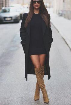 Stivali sopra il ginocchio e vestito corto