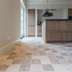 Franse kalksteen vloertegels in klein formaat als keukenvloer Tile Floor, Patio, Flooring, Kitchen, Home Decor, Brittany, Kitchens, Cooking, Decoration Home