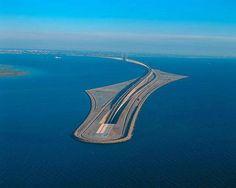 El puente de Oresund que une Dinamarca y Suecia con una parte bajo el agua