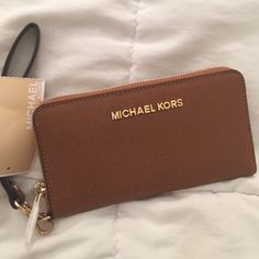 MICHAEL KORS WALLET Brand new - jet set travel collection . Saffiano Leather -Compatible with iPhone 4 iPhone 5 iPhone 6 and Samsung Galaxy -Top Handle: -Interior: One Zip Coin Pocket One Cell Phone Pocket Michael Kors Luggage, Sac Michael Kors, Handbags Michael Kors, Jet Set, Carteras Michael Kors, Best Travel Luggage, Luxury Luggage, Iphone 6, The Bling Ring