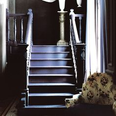 escalier bleu avec peintures antidérapantes