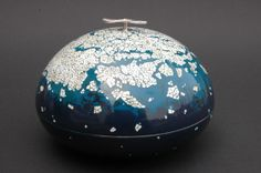 From heaven Japanese lacquer (urushi) on copper, silver eggshell Egg Shells, Japanese Art, Christmas Bulbs, Arts And Crafts, Art Deco, Heaven, Blue And White, Ceramics, Holiday Decor