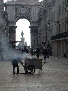 In Porto there were these chestnut-roasters, vending, tasted good ░ Casteñeras  en Lisboa