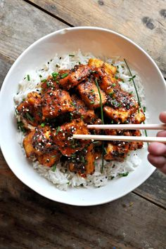 This AMAZING vegan crispy Korean BBQ tofu is so easy and totally addictive. Add any veggies you want and serve with rice! Bbq Sauce Ingredients, Vegetarian Recipes, Healthy Recipes, Healthy Food, Vegetarian Dinners, Beef Recipes, Recipies, Bbq Tofu, Korean Bbq
