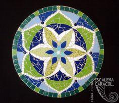 Mandala de 40 cm de diámetro realizado por Teresa Buffoni. http://tallerescaleracaracol.com/artes-del-fuego/mosaico/mandalas/