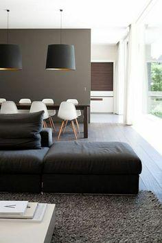 saon moderne avec un canapé de couleur taupe noir, lustre noir, mur taupe