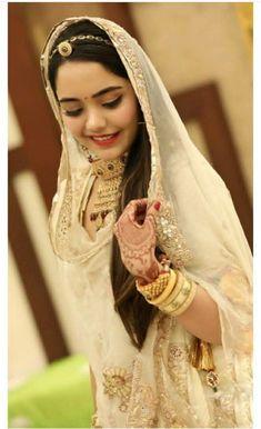 Best Rajasthani Poshak To Wear – Digital Manohar Wedding Dresses Men Indian, Indian Gowns Dresses, Royal Dresses, Rajasthani Bride, Rajasthani Dress, Indian Bridal Photos, Dress Indian Style, Indian Wear, Rajputi Dress
